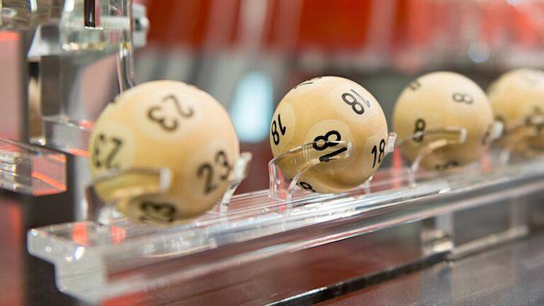 Lotto: Bettler gewinnen mit einem geschenkten Rubbellos