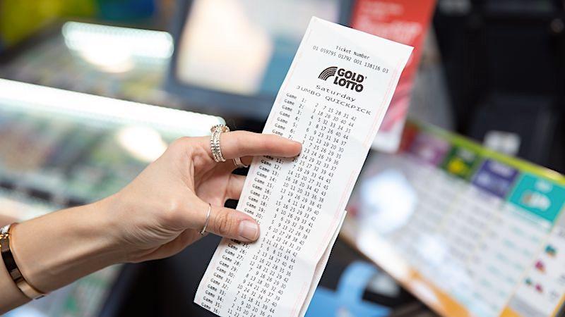 Lotto: Frau gewinnt Millionen und arbeitet trotzdem im Supermarkt