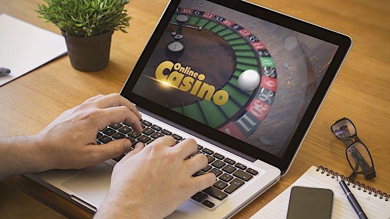 Online-Casino: Mann stiehlt Millionen und verspielt sie im Internet